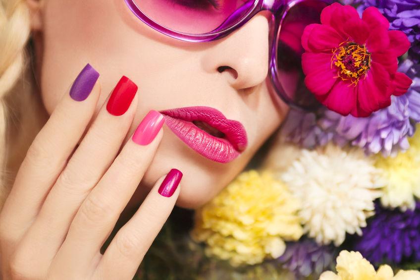 Mujer con uñas de varios colores