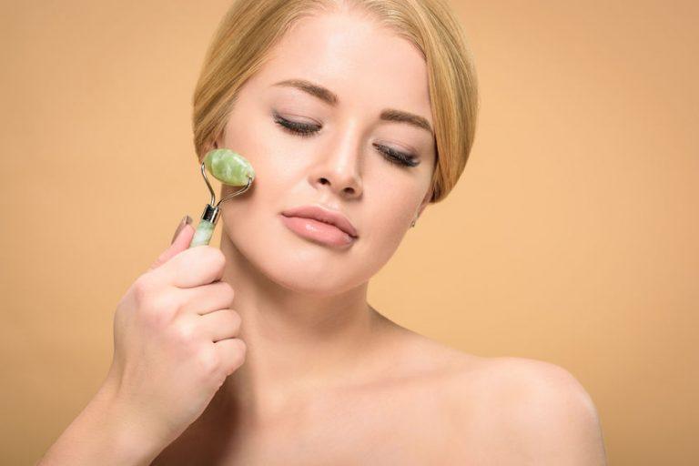 Mujer automasajeandose la cara