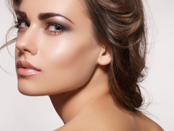 11714192 – glamour portrait of beautiful woman model with fresh daily makeup and romantic wavy hairstyle. fashion shiny highlighter on skin, sexy gloss lips make-up and dark eyebrows