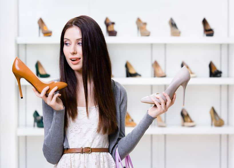 chica elegiendo zapatos