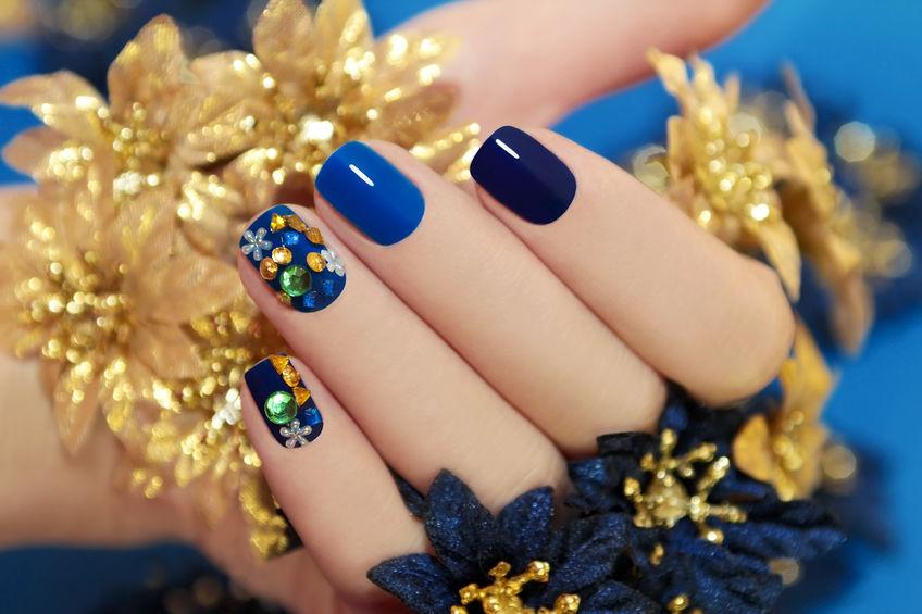 Imagen de uñas pintadas de color azul