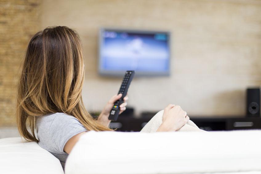Image de femme regardant la télévision