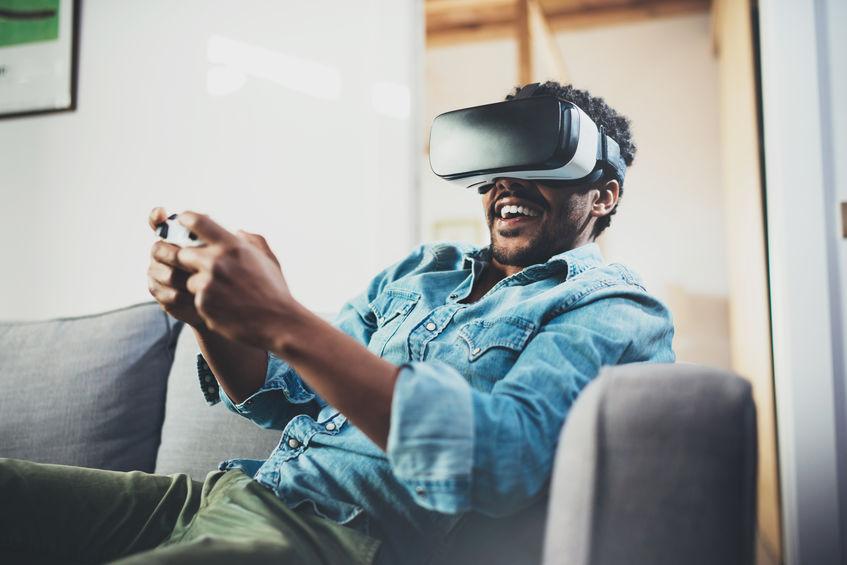 Hombre jugando videojuegos con gafas 3D