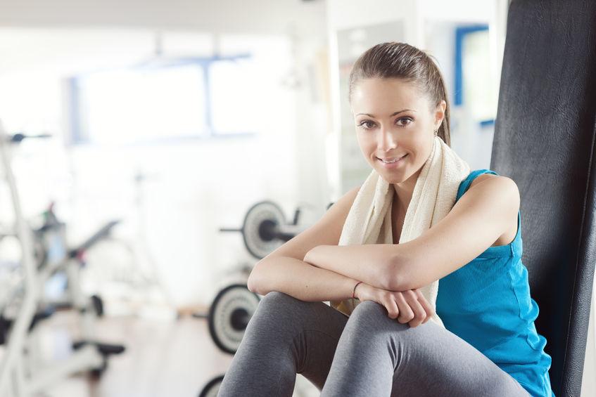 Imagen de mujer sentada en gimnasio