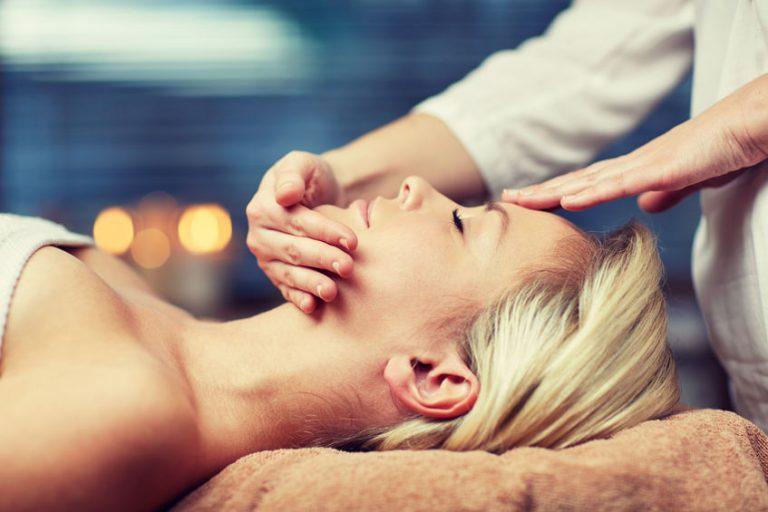 Mujer en spa recibiendo masaje facial
