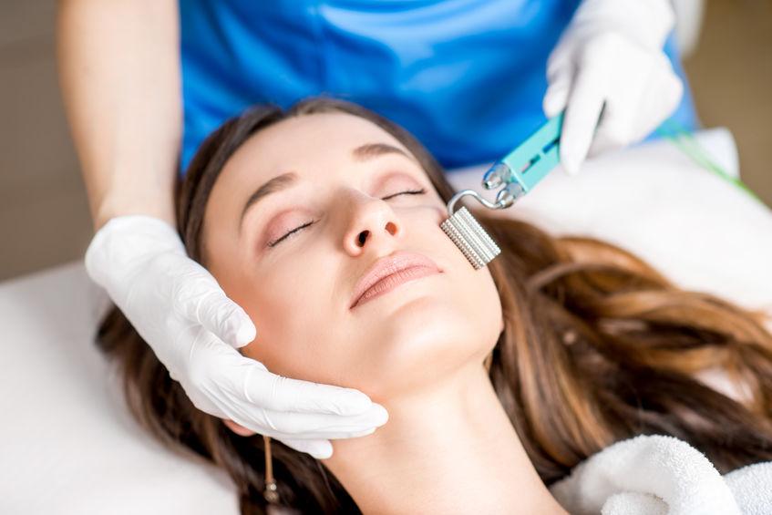 Mujer disfrutando de masaje facial en spa