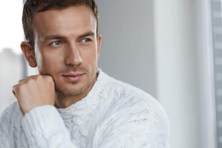 Hombre con un jersey blanco