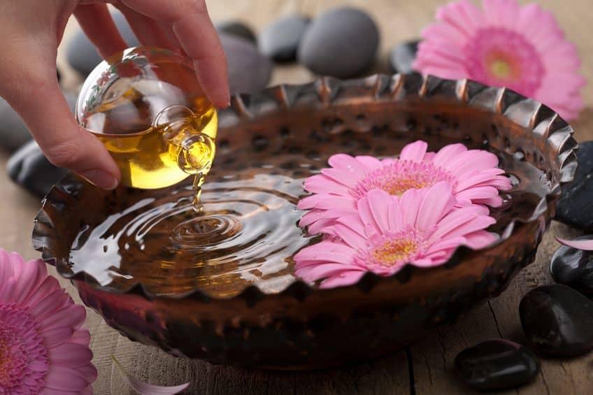Recipiente con flor y agua