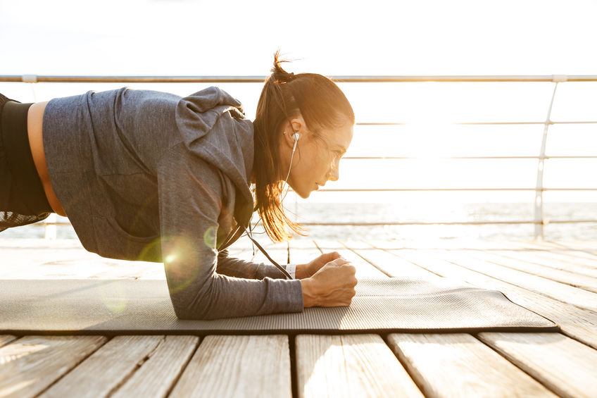 Deportista concentrada haciendo ejercicios de plancha