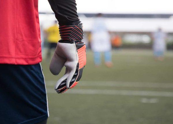 La forma en que se usan los guantes para porteros que tienen varillas de refuerzo en frente de los dedos causa controversia. (Fuente: Richard Thomas: 11211834/ 123rf.com)