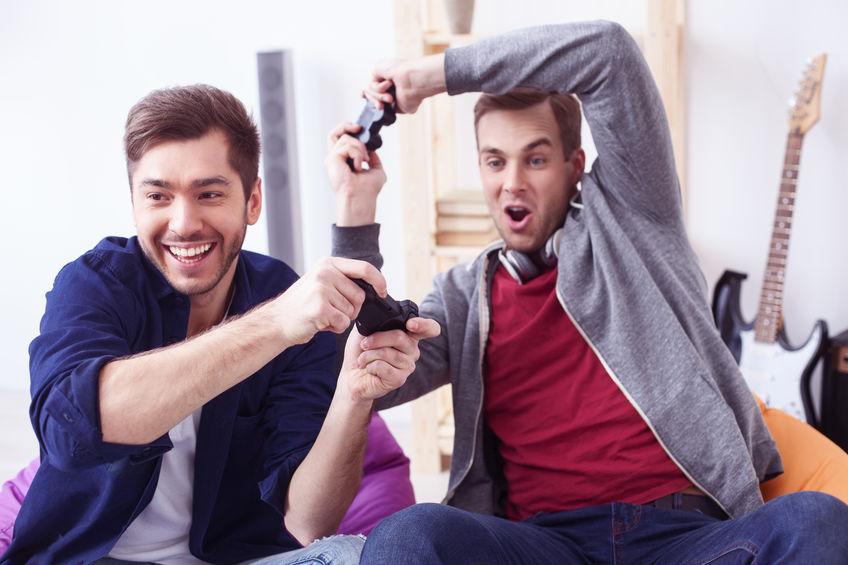 Dos amigos jugando con joystick