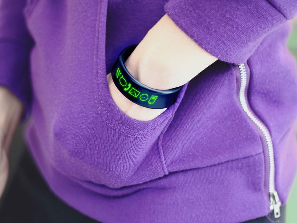 Imagen de una persona con las manos en los bolsillos usando smartbrand