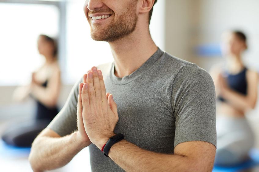 hombre practicando yoga con smartband
