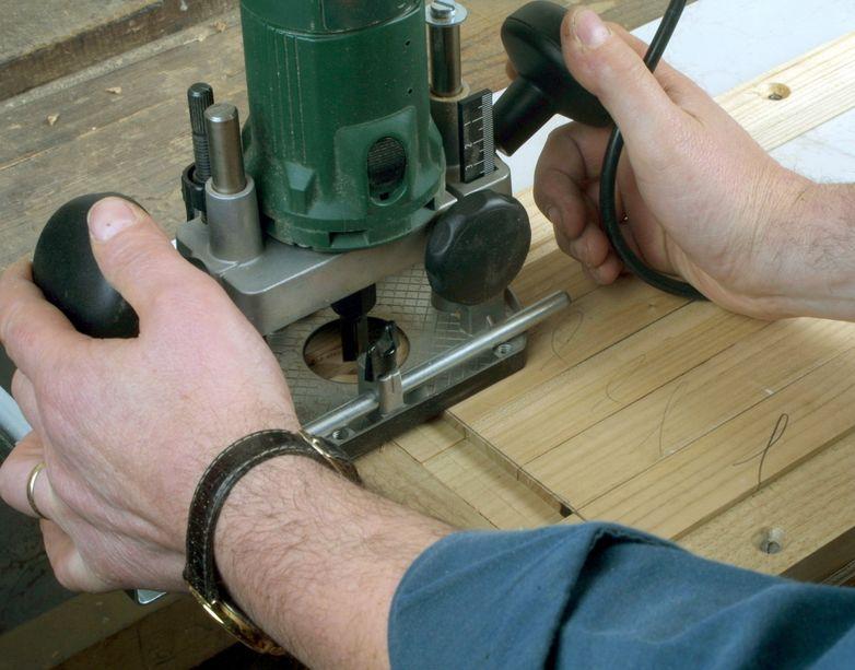 Hombre trabajando con fresadora