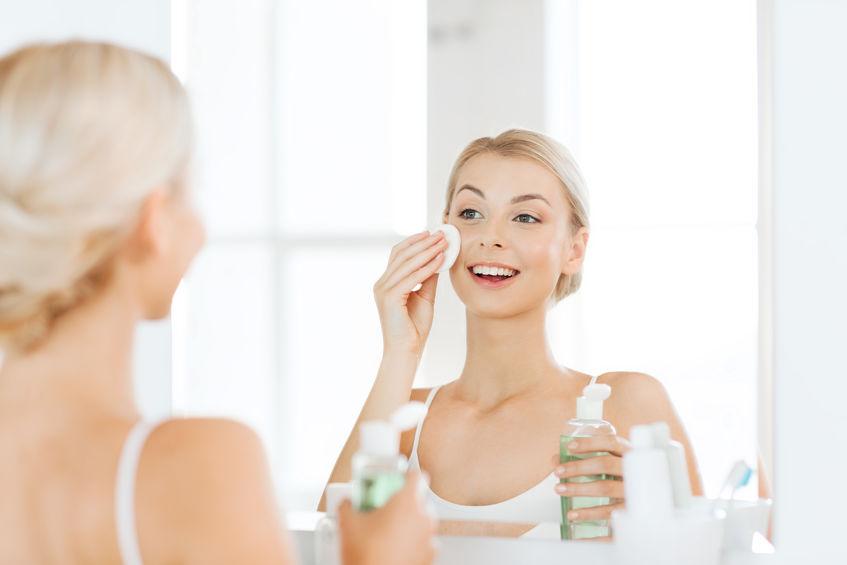 Mujer aplicándose tónico facial