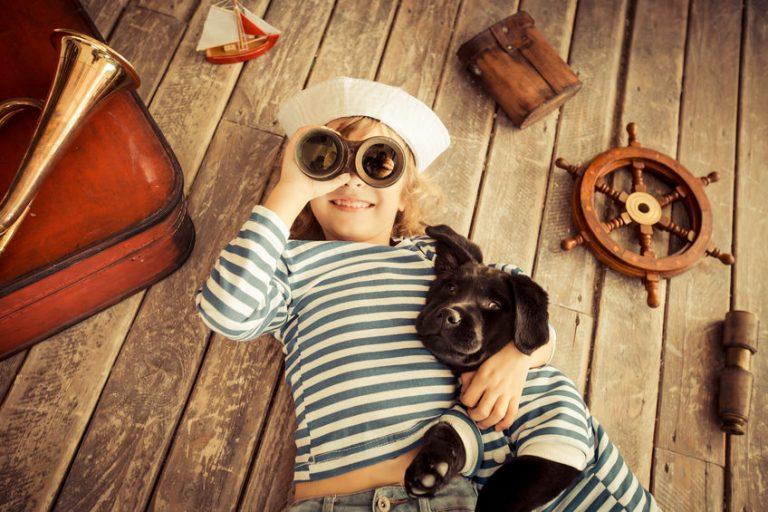 Niño y perro vestidos de marineros