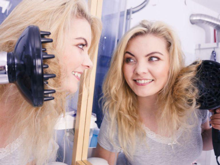 Mujer secándose el cabello