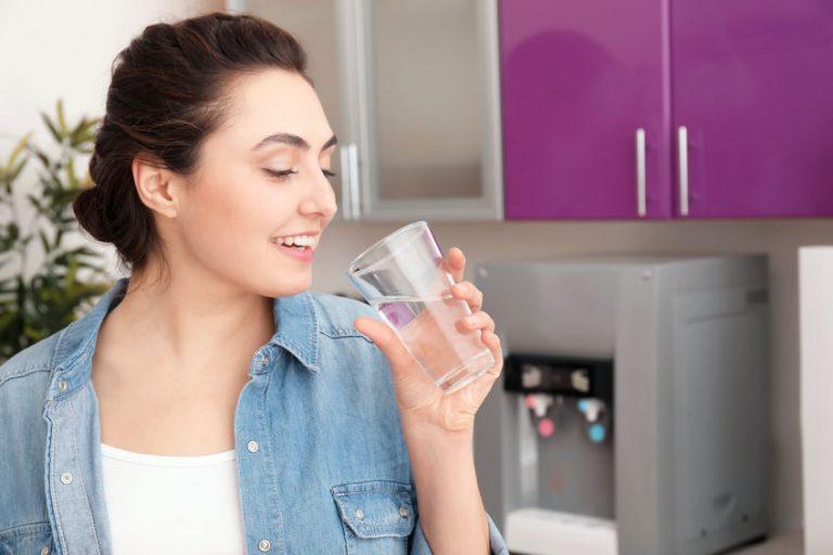 Mujer con bebiendo agua