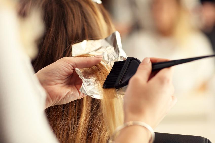 pintandose el pelo