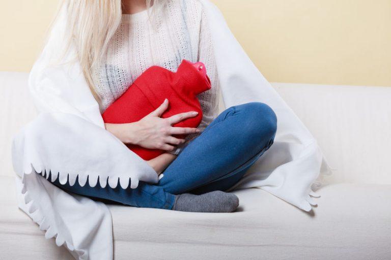 Mujer con bolsa de agua roja