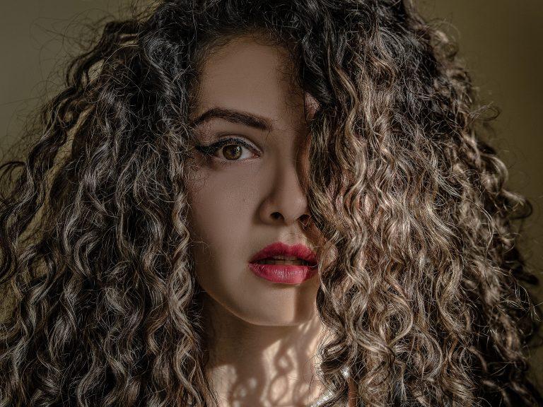 Mujer de cabello rizado