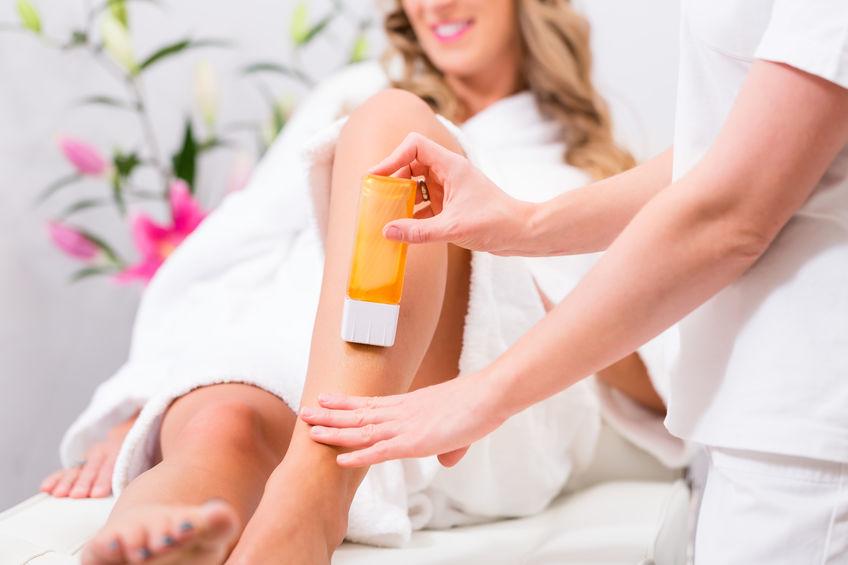 Imagen de una mujer afeitada en sus piernas
