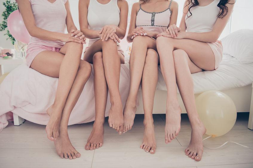 Imagen de varias mujeres sentadas mostrando piernas