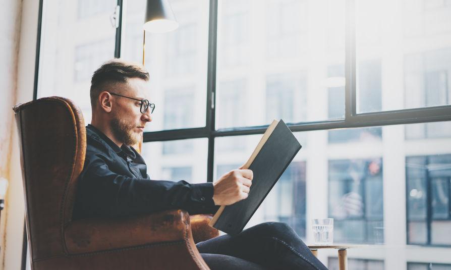 hombre leyendo en sofa