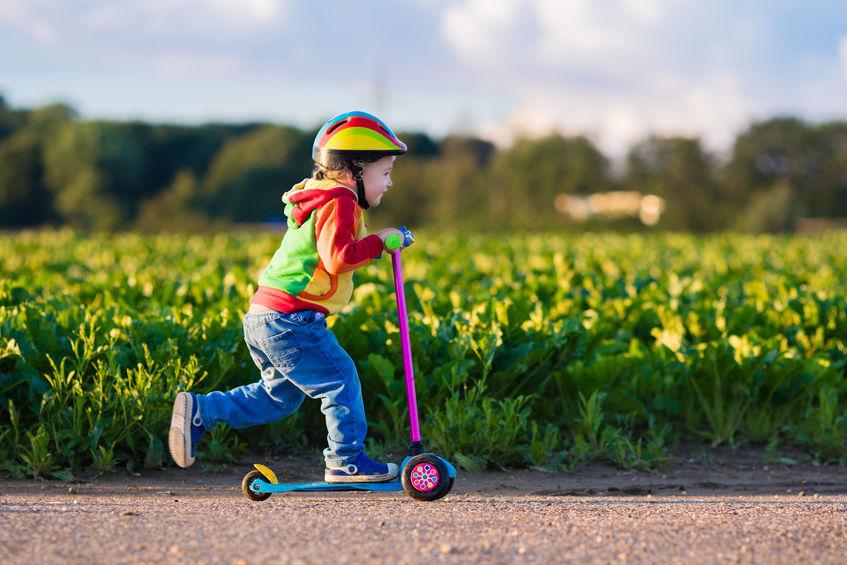 niña en scooter