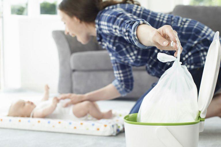 Madre cambiando el pañal de bebe