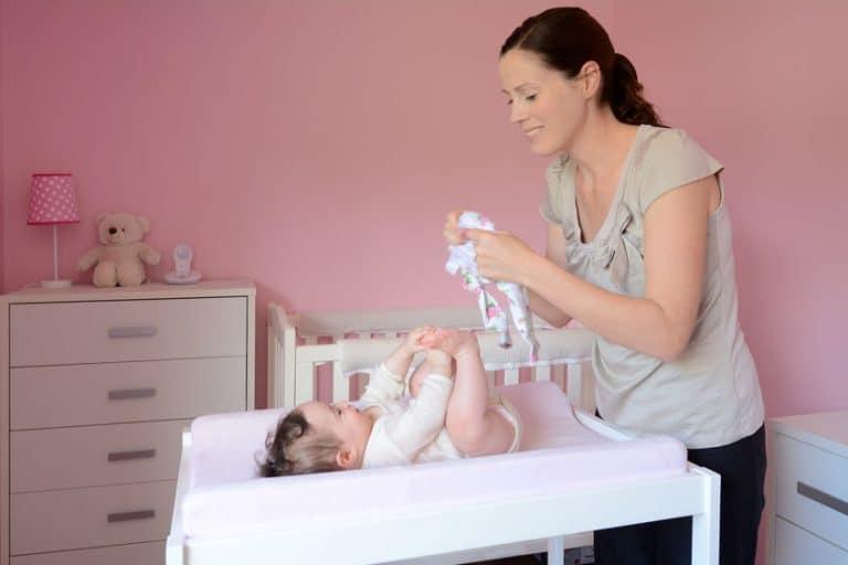 Madre de familia cambiando pañal de bebé