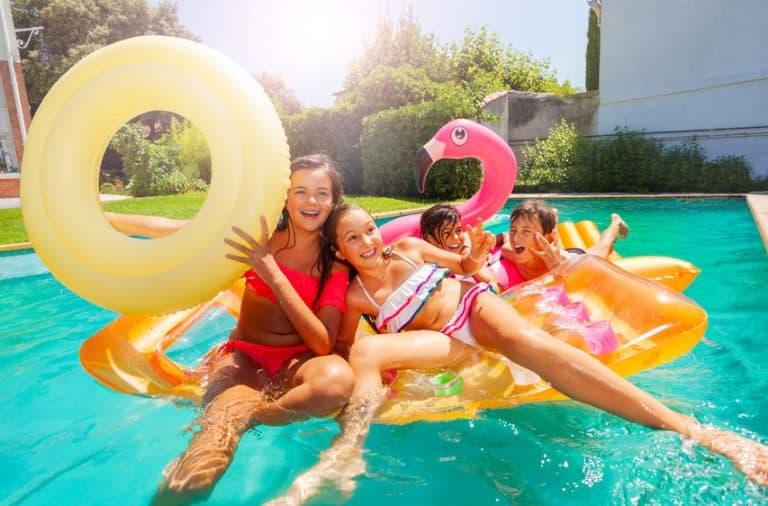 Jóvenes en flotadores gigantes