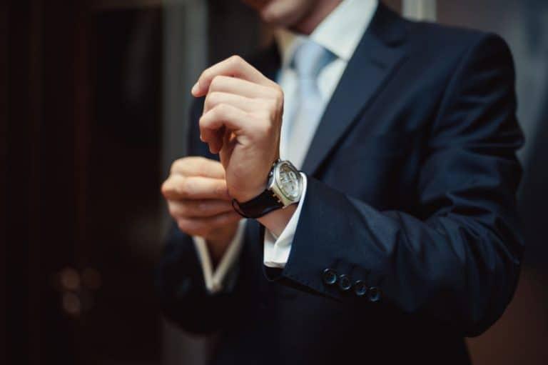 Hombre elegante con reloj de pulsera