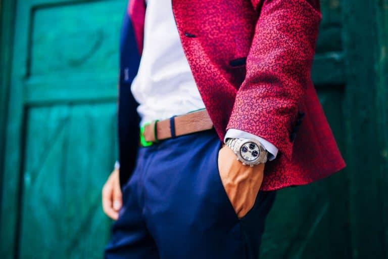 ombre con traje rojo y reloj
