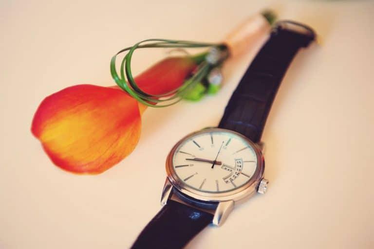 Reloj junto a flor