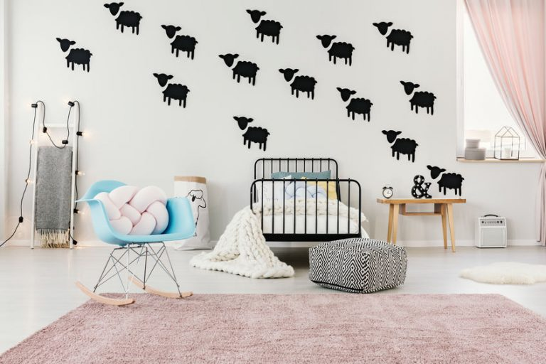 Vinilos de oveja en cuarto de bebé