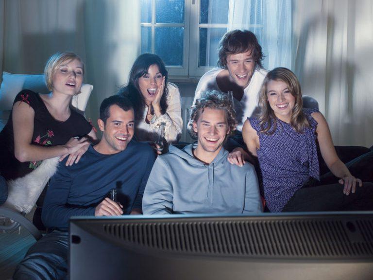 Amigos viendo televisiòn