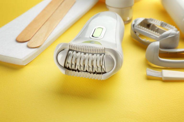 Rasuradora sobre fondo amarillo