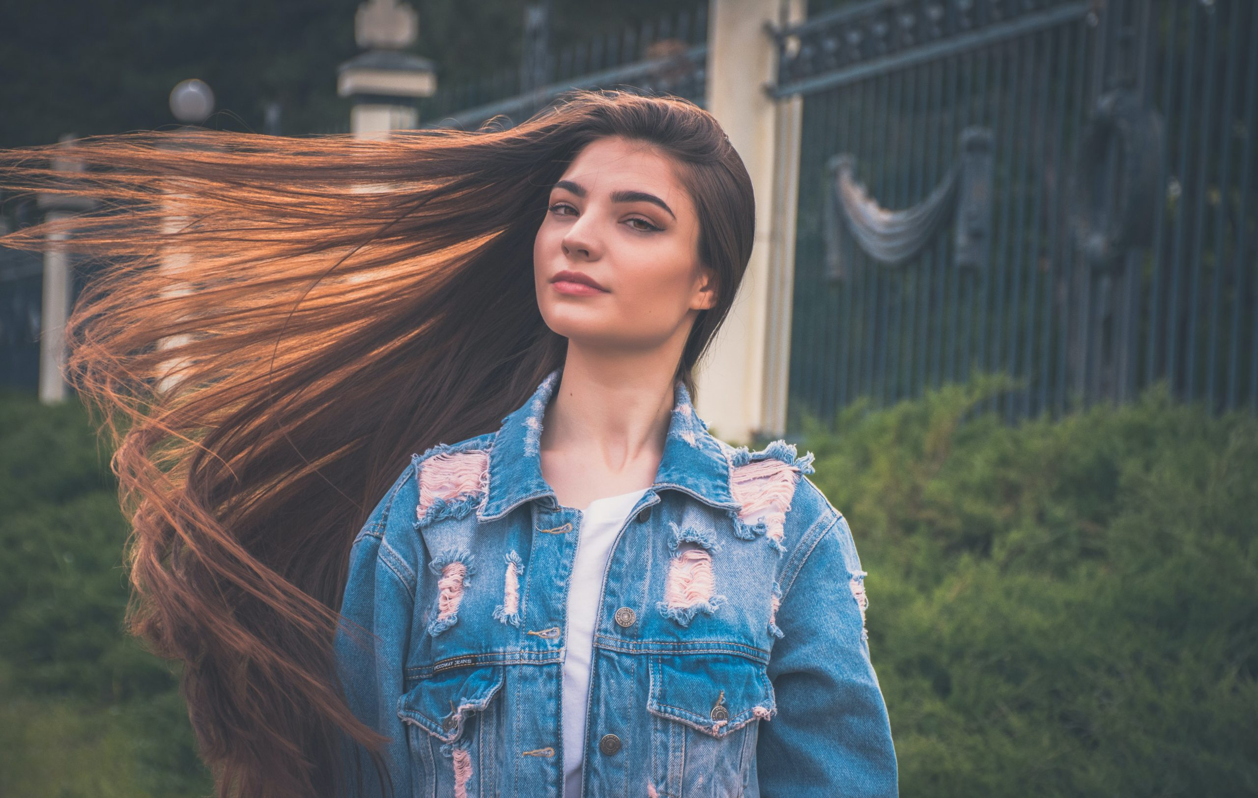 ujer joven moviendo el cabello hacia un lado