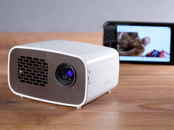 Imagen de proyector con celular detrás