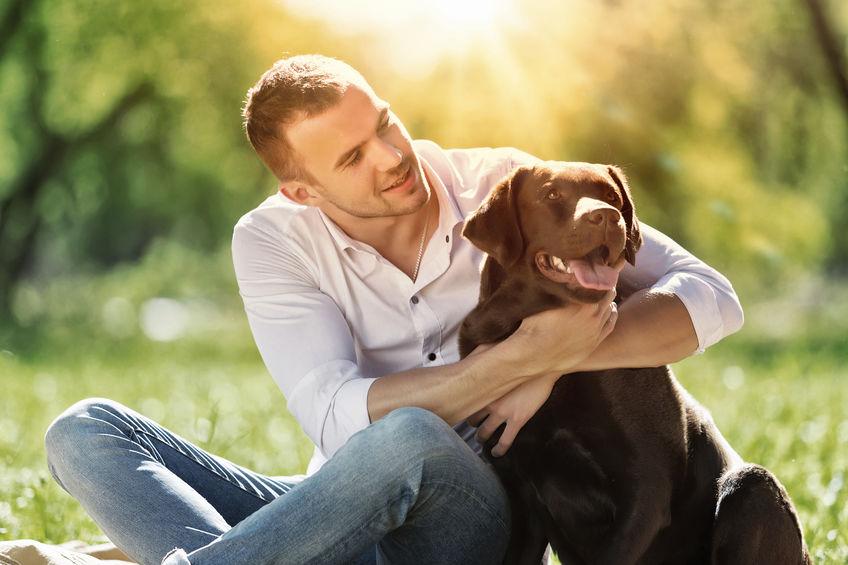 Hombre junto a su perro
