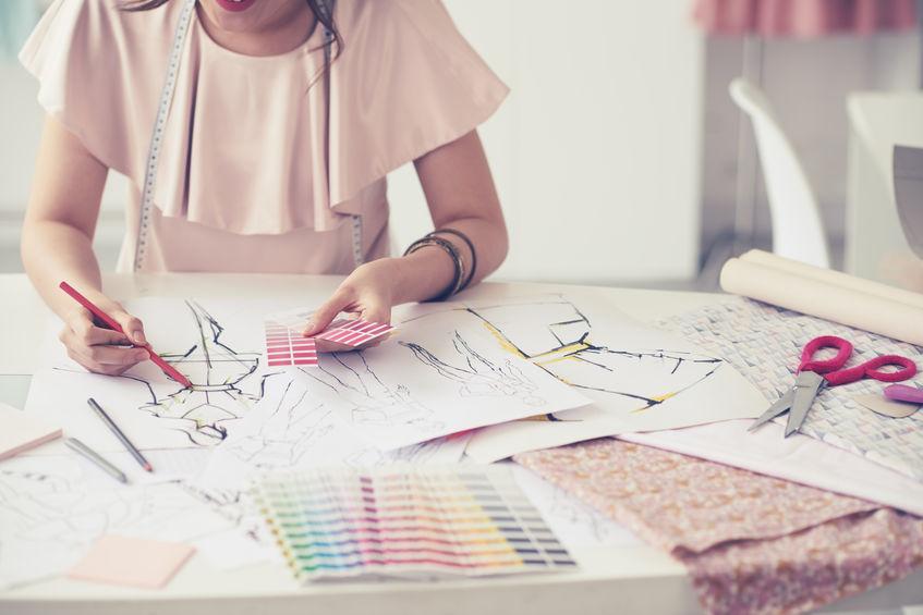 Imagen de mujer en mesa de dibujo con pantones