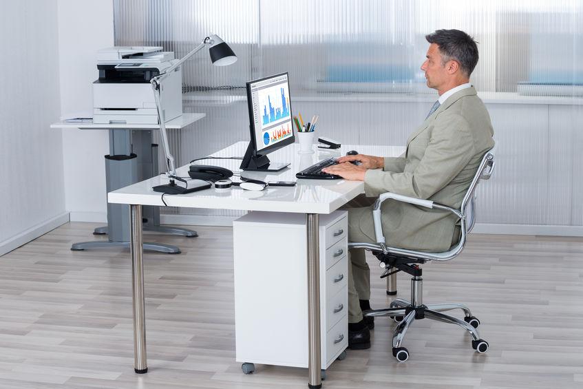 Hombre trabajando en oficina