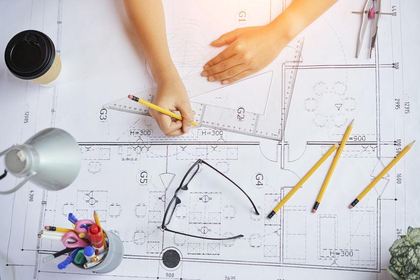 Imagen de mesa de dibujo con planos