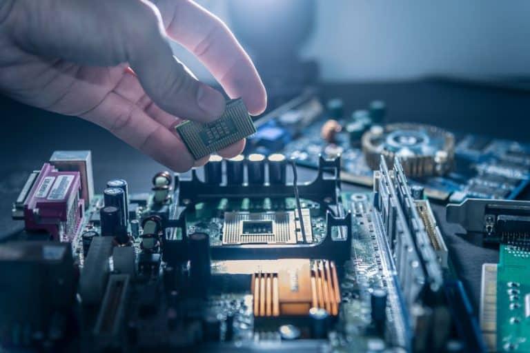 Tecnico colocando procesador en placa