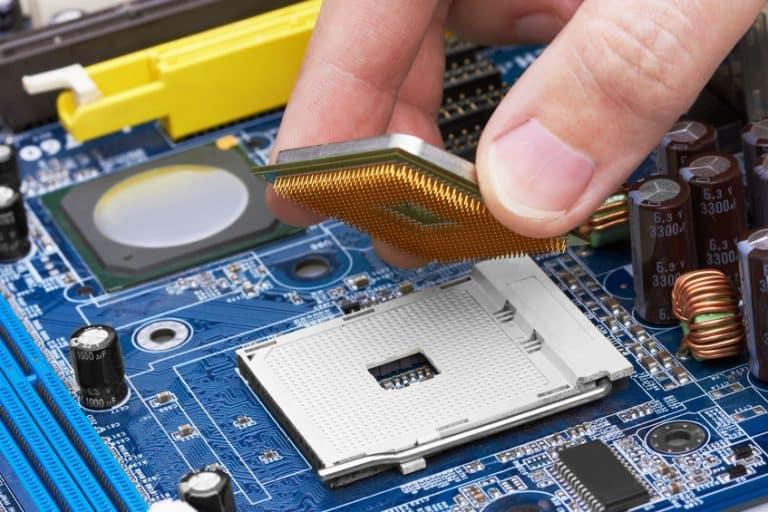 Técnico colocando procesador en placa