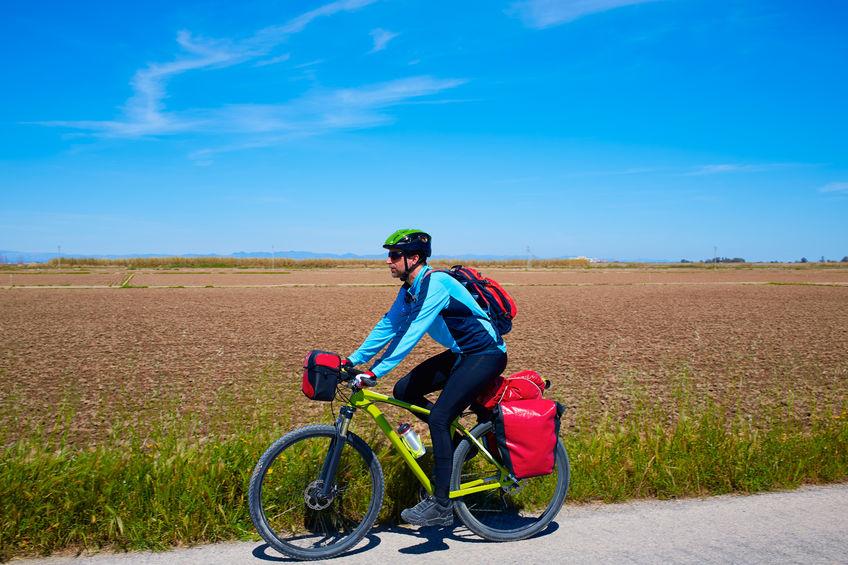 Un hombre pedaleando bici
