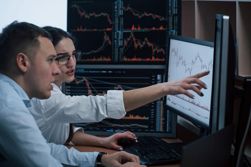 Dos personas trabajando frente a computadora