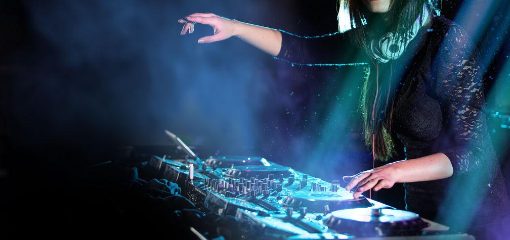 Imagen de DJ mezclando