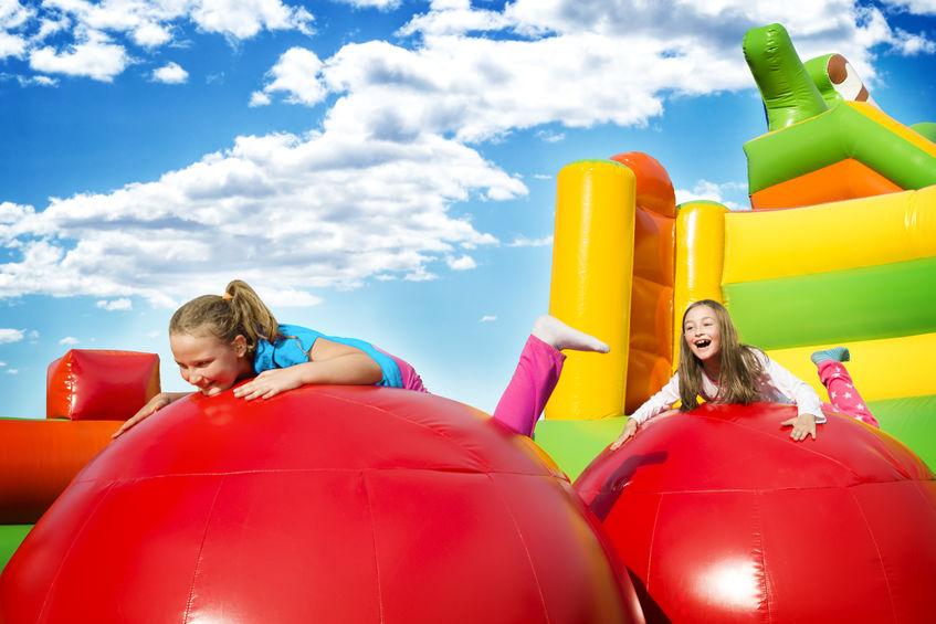 Niñas jugando en castillo inflable